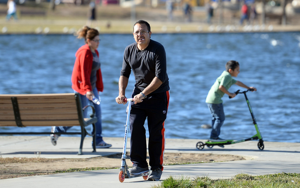 . Rogelio Rodarte, wife Maria and son Tony, 6-years-old, enjoy the warm weather at Lake Balboa in Anthony C. Beilenson Park in Van Nuys on Christmas day. (Photo by Hans Gutknecht/Los Angeles Daily News)