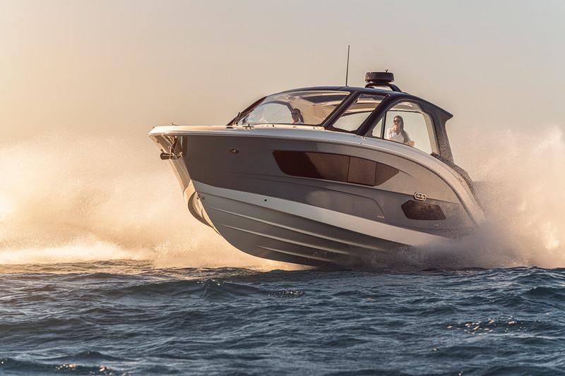 2021-Sundancer-370-Outboard-DAO370-running-port-bow-three-quarter-00846-select.jpg