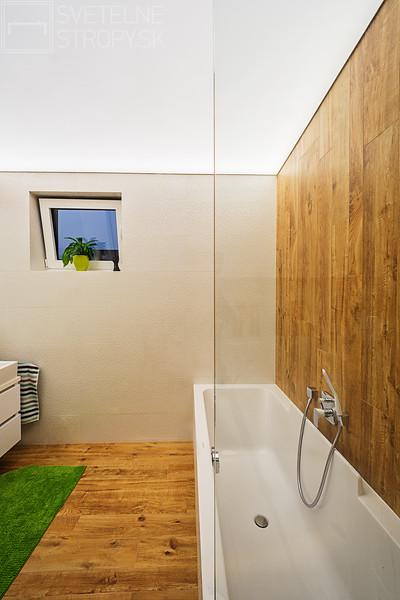 Svetelne Stropy RD so zapustenym REC CUSTOM v kuchyni a celostropnym podsvietenym stropom v kupelni-8.jpg