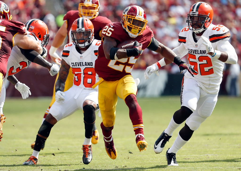 . Washington Redskins running back Chris Thompson (25) runs past Cleveland Browns inside linebackers Chris Kirksey (58) and Corey Lemonier (52) during the first half of an NFL football game Sunday, Oct. 2, 2016, in Landover, Md. (AP Photo/Carolyn Kaster)