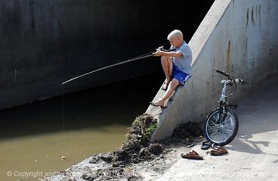 015-boy_w_fishing_pole-wdsm-14sep03-c1-d
