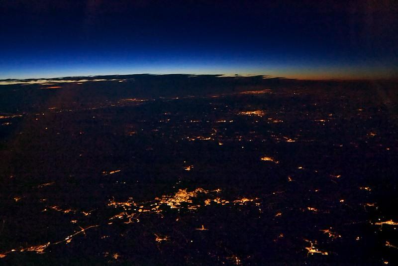 Portugalsko, v popředí patrně Covilha, dále k pobřeží Viseu a velké město vzadu na pobřeží patrně Porto