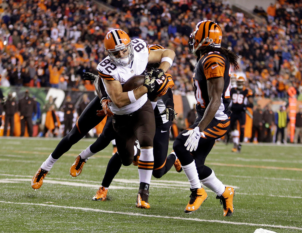 . Cleveland Browns tight end Gary Barnidge (82) makes a catch against the Cincinnati Bengals during the second half of an NFL football game Thursday, Nov. 6, 2014, in Cincinnati. (AP Photo/AJ Mast)