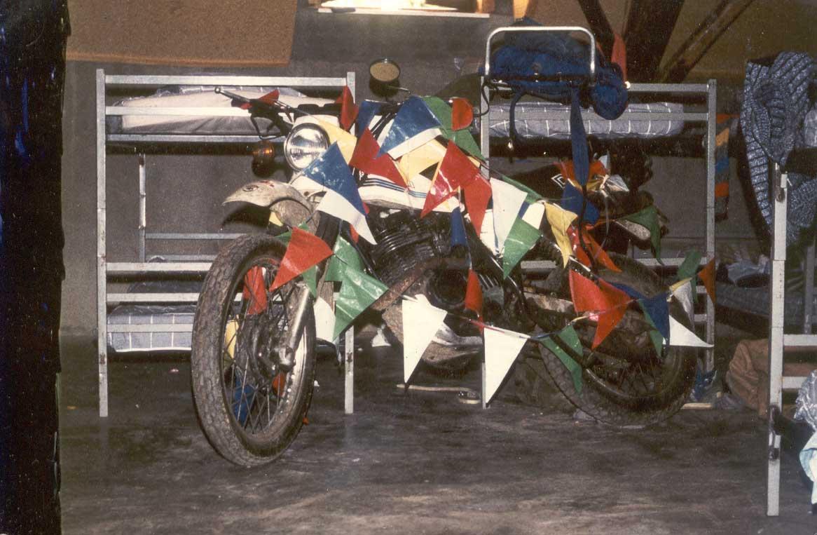 1984 DR400S. M'n enige moto die ooit op een eerste verdieping stond...