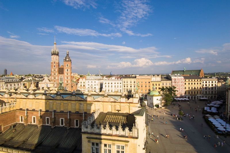 Poland, Cracow, view fo Rynek Glowny, Sukiennice and Mariacki Church fron Old town Hall Tower