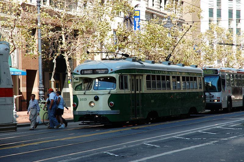 這裡的路面電車外型都比老的,後面那台是電公車