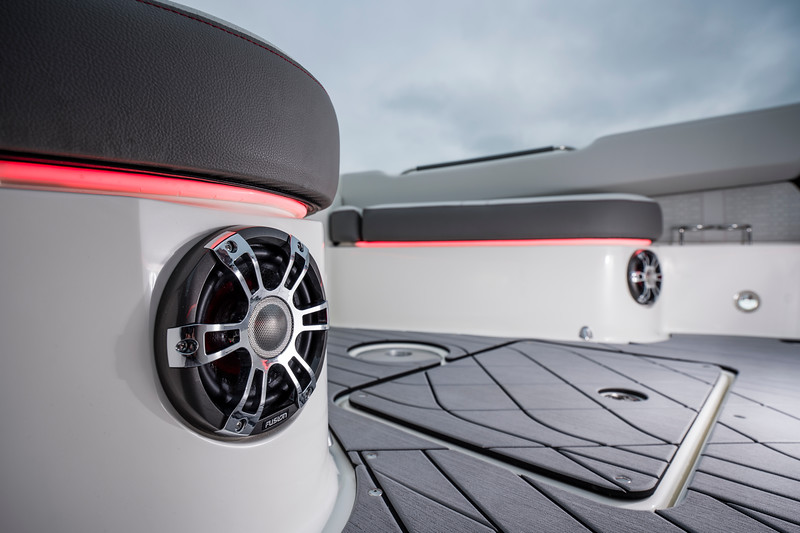 2020-SLX-R-400-e-Outboard-fusion-sea-dek-01.jpg