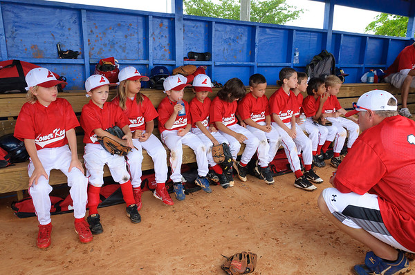 team_dugout_meeting_DSC_4786-2.jpg