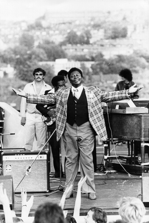 . American blues musician B B King being the showman on stage at an outdoor concert. (Photo by Evening Standard/Getty Images)