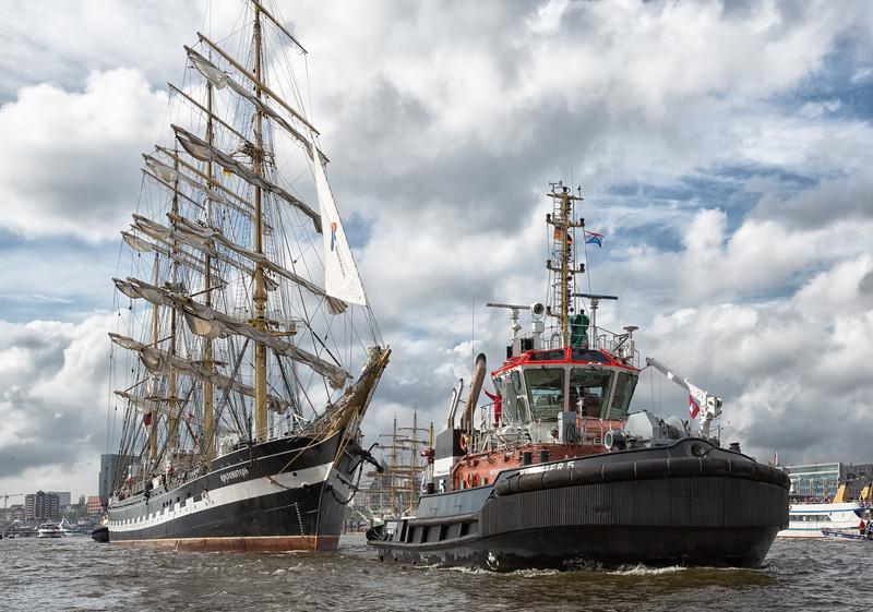 Hafengeburtstag Hamburg Schlepperbugsier 5 mit Segelschiff