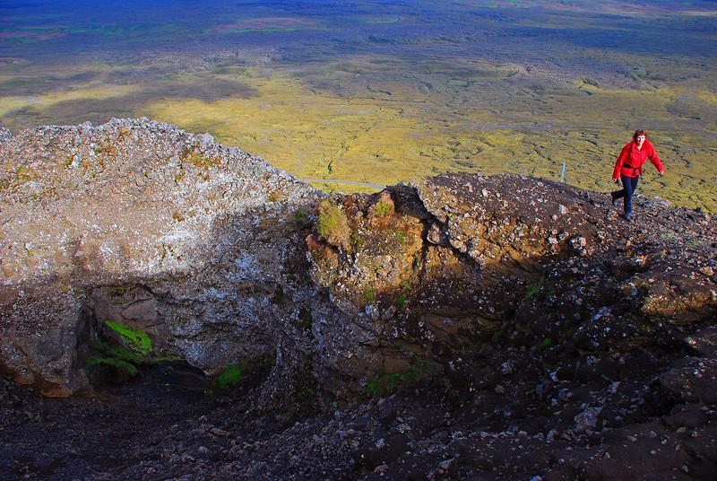 Þorbjörg kannaði hvort við kæmumst niður ef við færum í gegnum gatið