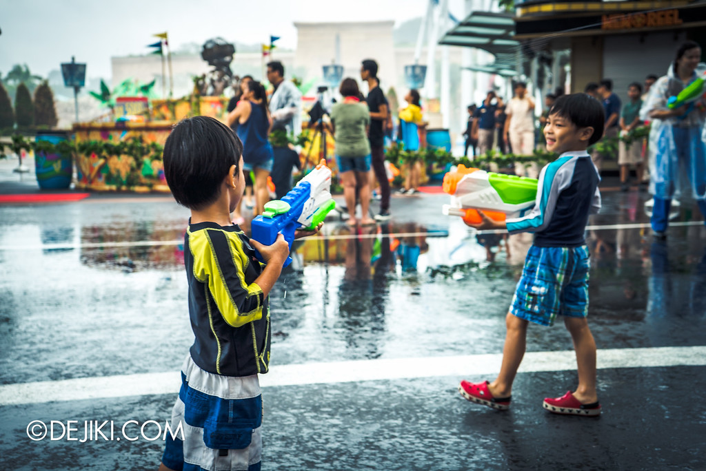 Universal Studios Singapore - Park Update May 2016 / Universal Studios Singapore Soak Out Water Party - Kids playing