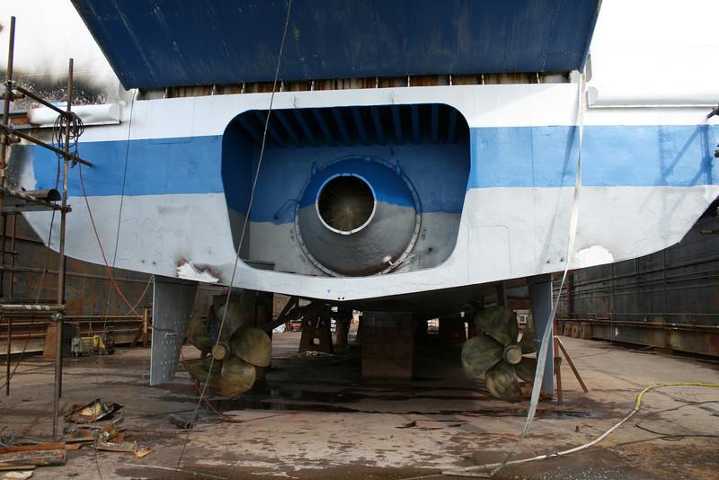 2011 - HSC ISOLA DI PROCIDA in dry dock in Napoli : propellers.