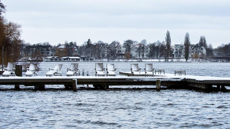 Außenalster anleger mit Liegestühlen und Schnee im Winter