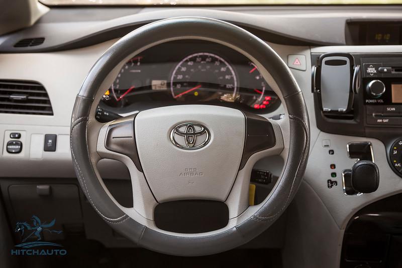 Toyota_Sienna_White_6SWK667-6141.jpg