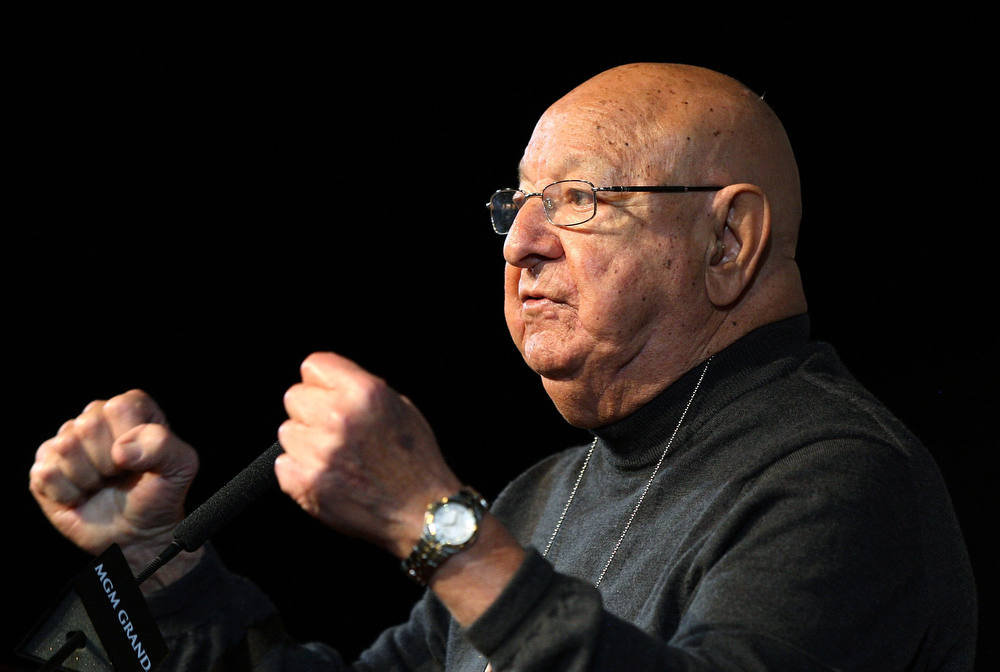 . Boxer Oscar de la Hoya\'s trainer Angelo Dundee.  (Photo by Jed Jacobsohn/Getty Images)