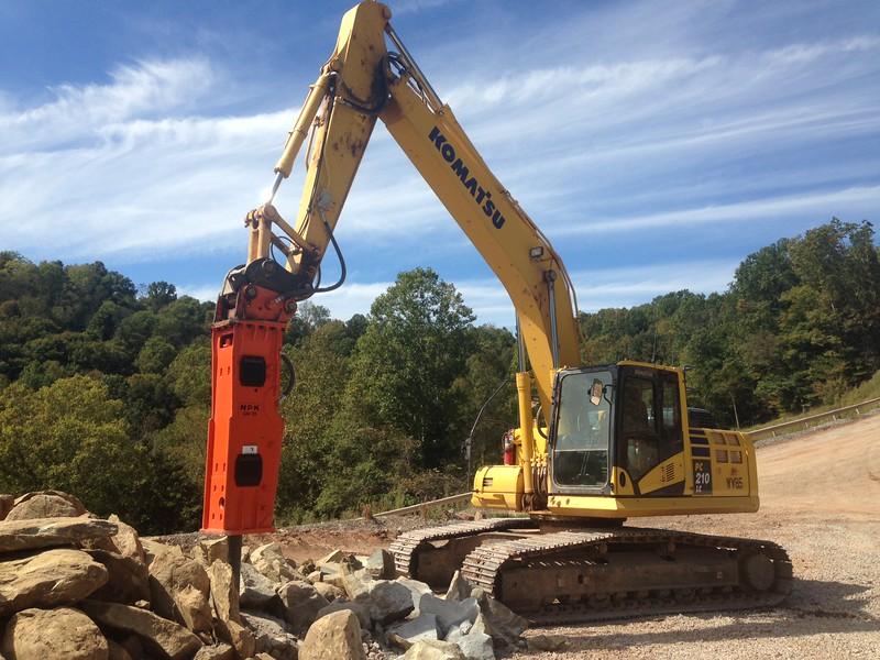 NPK GH10 hydraulic hammer on Komatsu excavator (32).JPG