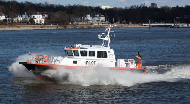 Lotsenboot in Hamburg auf der Elbe vor Teufelsbrück