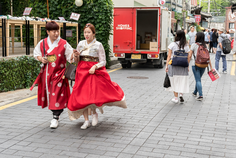 People rent Hanbok (traditional Korean dress) and sightsee, take pictures, etc.