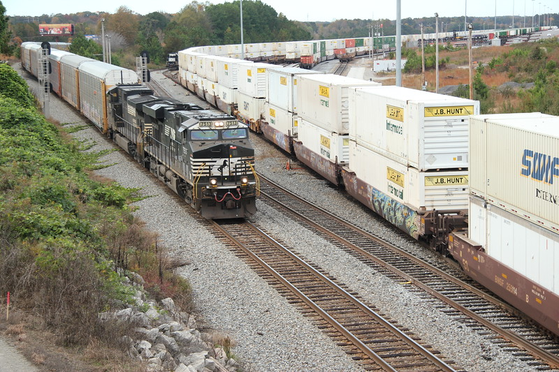 275-05 [Automotive; Shelbyville, KY-Atlanta, GA] SB NS 7513 (ES44DC) NS 9351 (C44-9W)  83 loaded autoracks. Main at NS England, Austell, GA.