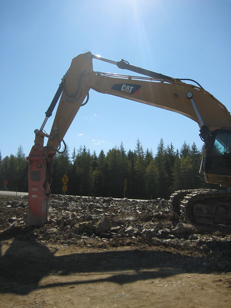 NPK E240A hydraulic hammer on Cat excavator (4).jpg