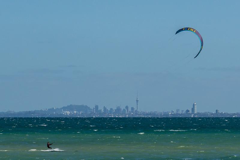 Kitesurfer vor der Auckland Skyline