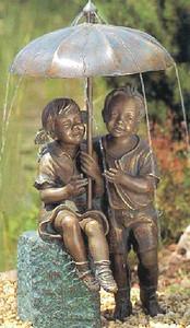 Kinder stehend und sitzend mit Bronze Sockel