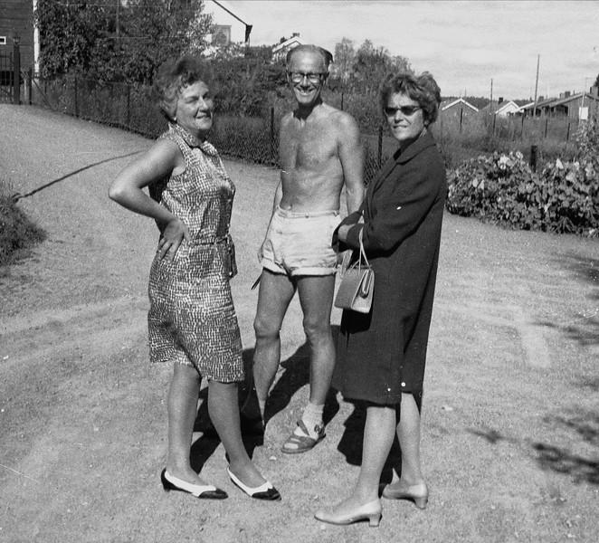 092 Drude og Calle Mathiesen og mor i oppkjorsel ca 1968.jpg