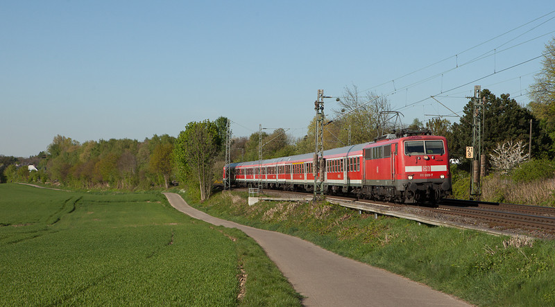 111 009 on a peak-time extra RE4 in Übach-Palenberg. Save for the paint this is a classic late-1970s consist down to the old-style pantograph.