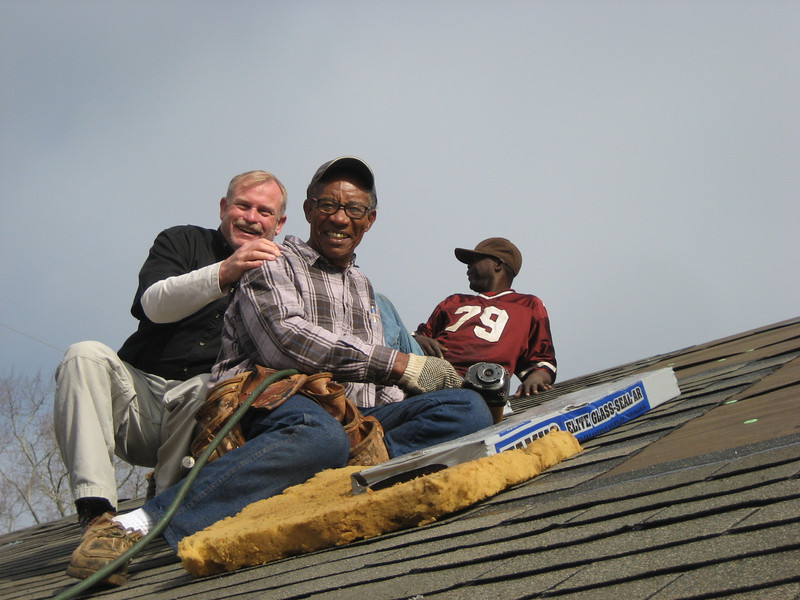 08 02 Darren Kelly (CFCP Construction) with Cecil Ramsey, professional roofer (sponsor & volunteer) on house #9 at North 6th Avenue, Lanett, AL