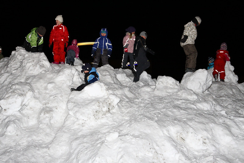 children playing with snow... I wish I was up there.