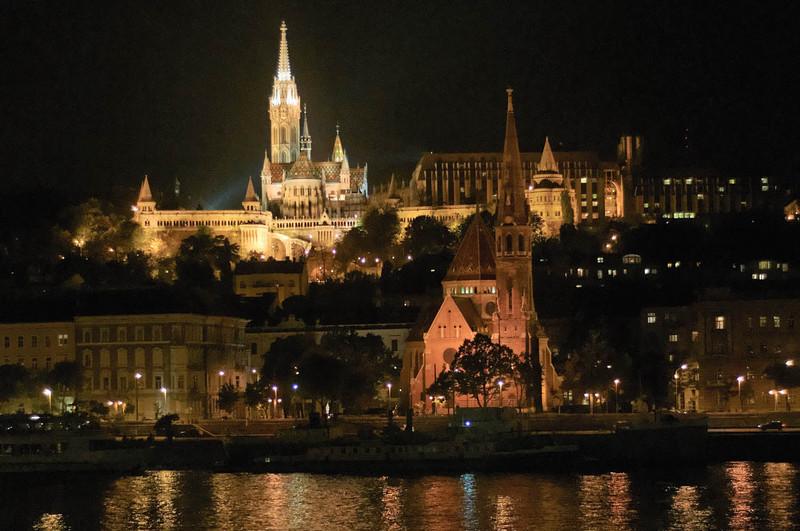 Abends waren wir dann noch einmal in der Stadt. Hier die Matthiaskirche auf der westlichen Seite der Donau.