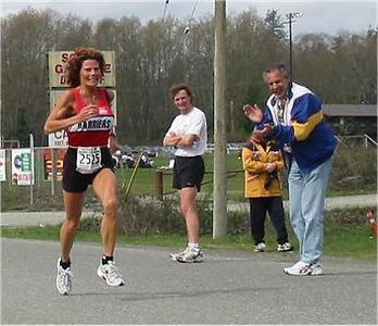 2003 Sooke River 10K - Chris Bateman encourages Laura Leno