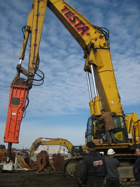 NPK GH50 hydraulic hammer on Testa excavator (31).jpg