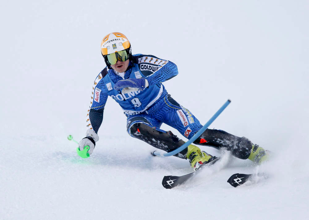 Description of . Jens Byggmark of Sweden skis with one stick during the first leg to place fifth in the Men's World Cup Slalom skiing race in Val d'Isere, French Alps, December 8, 2012.    REUTERS/Robert Pratta