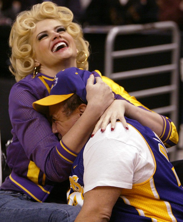 . Anna Nicole Smith, left, and Danny DeVito clown around during the Los Angeles Lakers\'s game against the Sacramento Kings on Thursday, Feb. 26, 2004, in Los Angeles. (AP Photo/Chris Carlson)