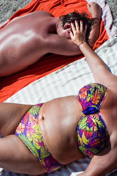 COLORFUL_COUPLE_NAPPING_ON_THE_BEACH_CADAQUÉS.jpg