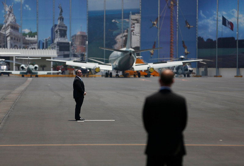 . U.S. agents stand on the tarmac as they wait for Air Force One carrying U.S. President Barack Obama to arrive at the presidential hangar at Benito Juarez International Airport in Mexico City May 2, 2013. REUTERS/Tomas Bravo