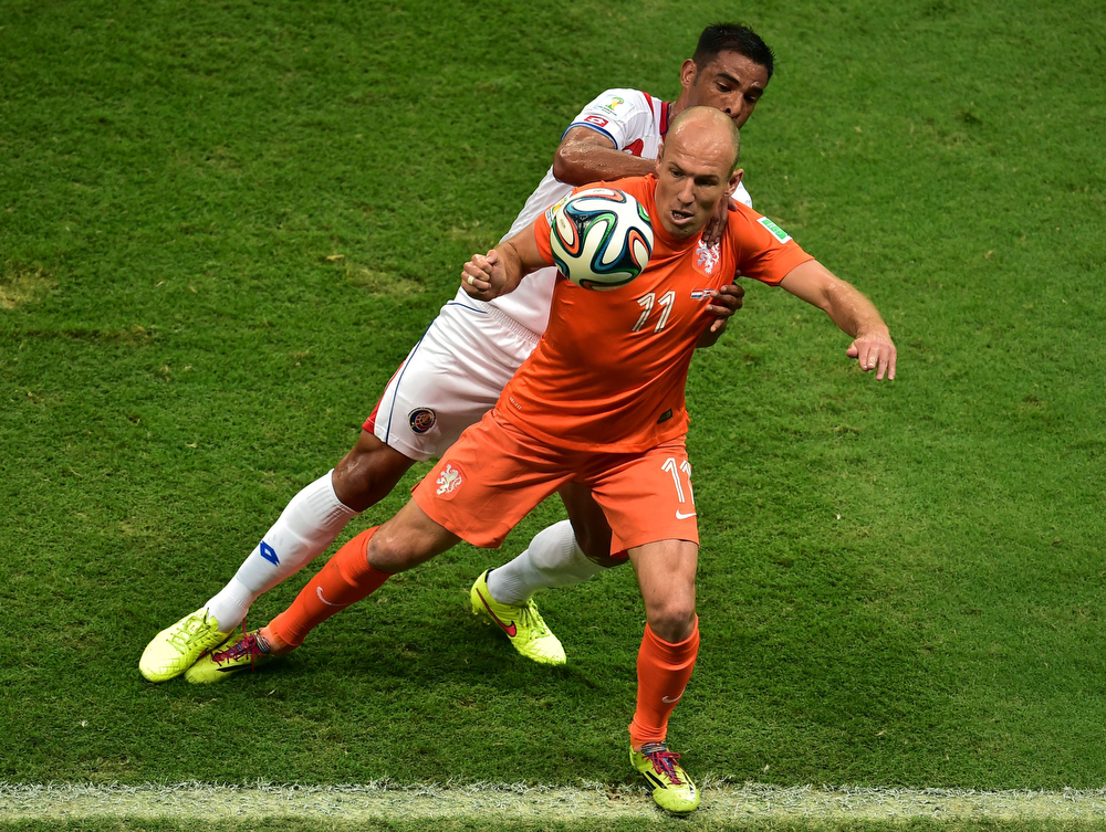 . Netherlands\' forward Arjen Robben (foreground) vies with Costa Rica\'s defender Michael Umana during a quarter-final football match between Netherlands and Costa Rica at the Fonte Nova Arena in Salvador during the 2014 FIFA World Cup on July 5, 2014. (GABRIEL BOUYS/AFP/Getty Images)