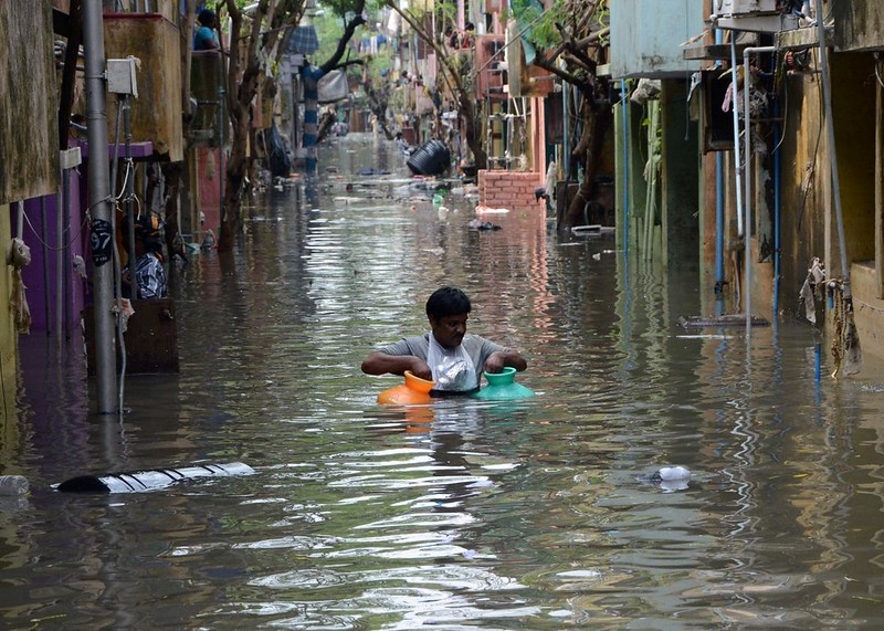 499920398-an-indian-man-carries-gas-canisters-through-floodwaters.jpg.CROP.promo-xlarge2.jpg