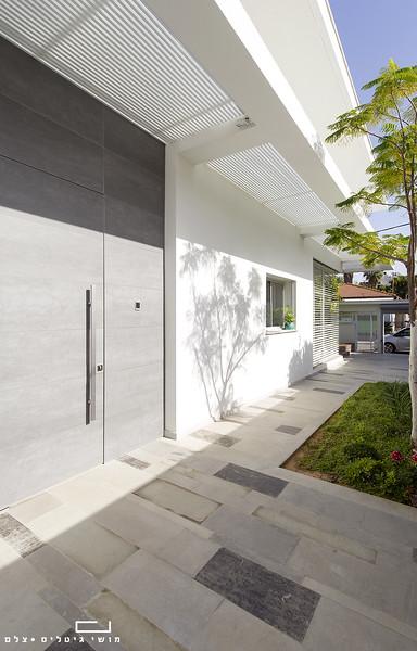 בית בפתח-תקווה. אדריכלות: יובל כנעני אדריכלים. תאורה: דורי קמחי, סטיילינג: ורד בן-סימון