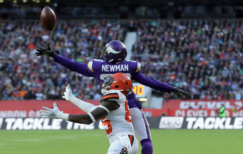 . Cleveland Browns tight end David Njoku, bottom, is unable to catch a pass as Minnesota Vikings cornerback Terence Newman, top, defends during the second half of an NFL football game at Twickenham Stadium in London, Sunday Oct. 29, 2017. (AP Photo/Tim Ireland)
