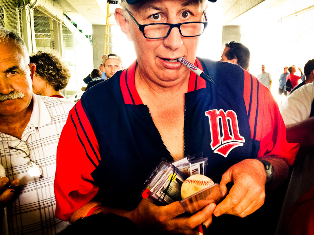 . An autograph seeker has his hands full as he plies his trade. (Pioneer Press: Ben Garvin)