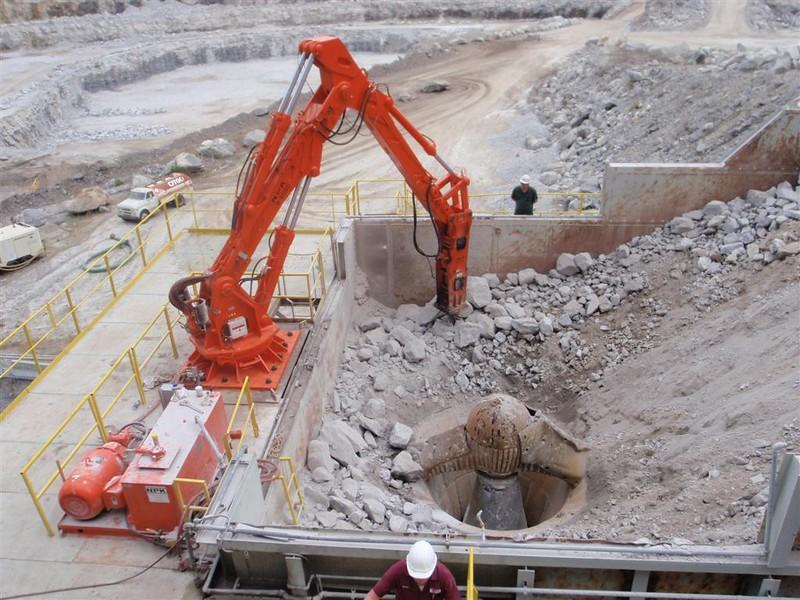 NPK B6500 pedestal boom system with GH10 hydraulic hammer-concrete recycling (1).JPG