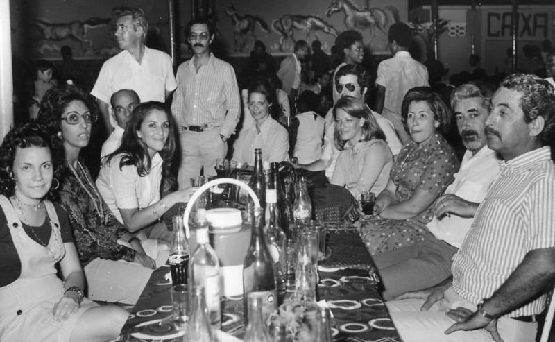 """Dundo 1974 ? - estagiária de Serv. Sociais; Francisca """"Sérgio""""; Tété Sá Pires ; Major Gama (Divisão de Segurança); Eng. Paiva Neto (Director Geral): Dr. Mário Sá Pires (Director de Pessoal); sra do Major Gama; Moura Ferreira (DAR): Lorena """"Moura Ferreira""""; Rosete """"Silva Pinto""""; Eng. Silva Pinto (Director ?); Sérgio H. Santos"""