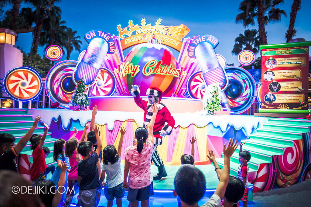 Universal Studios Singapore December Park Update - Santa's All Star Christmas 2016 / DJ Eddy Elf's Rocking Radio Station with Beetlejuice