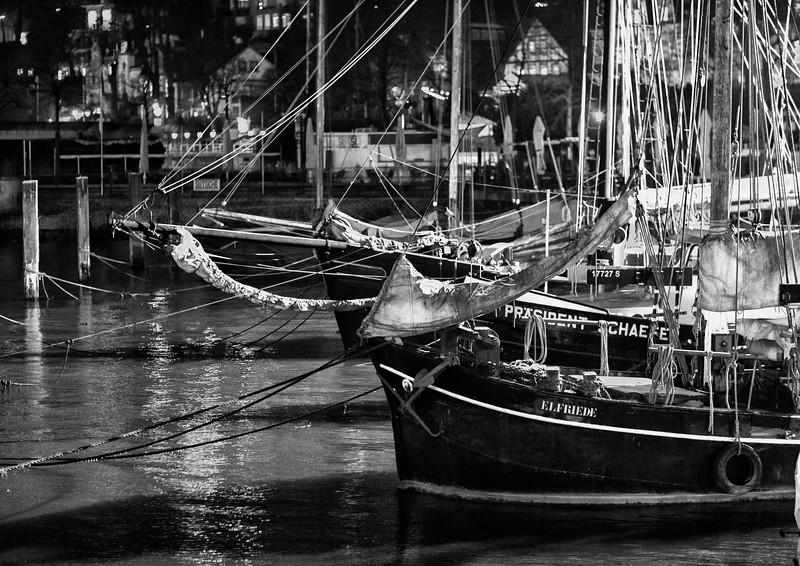 Museumshafen bei Nacht schwarz-weiß
