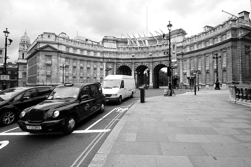 11_London_Westminster_gate_bw1.jpg
