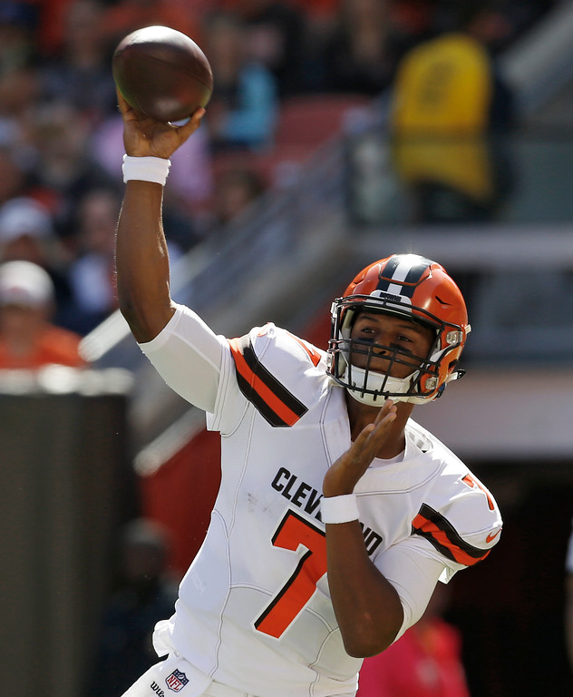 . Cleveland Browns quarterback DeShone Kizer passes against the Cincinnati Bengals in the first half of an NFL football game, Sunday, Oct. 1, 2017, in Cleveland. (AP Photo/Ron Schwane)