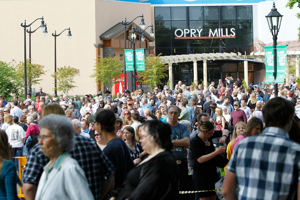 . Thousands of fans wait in line to pay last respects to country music legend George Jones before a public memorial service at the Grand Ole Opry House in Nashville, Tennessee, May 2, 2013.  REUTERS/Harrison McClary